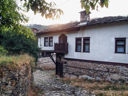 Малка част от една от най-големите къщи в селото